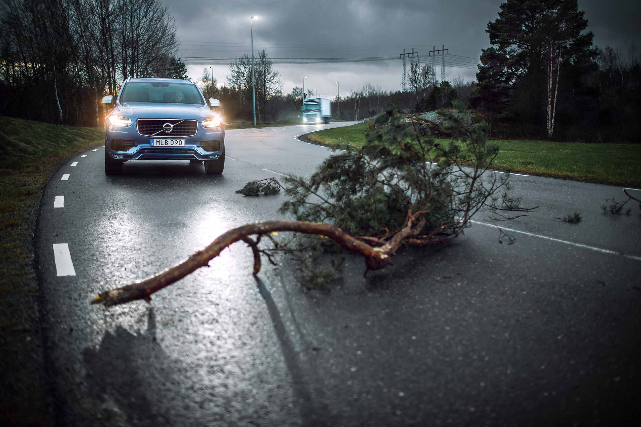 Volvo cars and Volvo trucks with Connected Safety activated can now alert each other to risky situations on the road