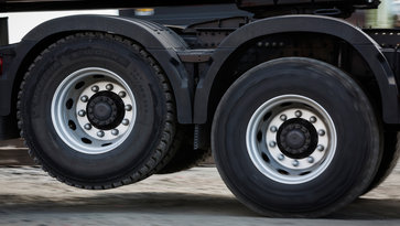 Volvo FMX with tandem axle lift