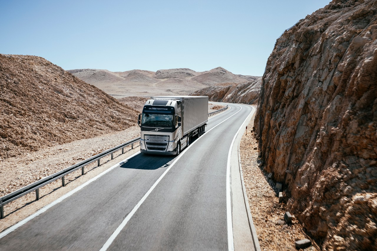 รถบรรทุกขับผ่านภูมิประเทศที่เป็นภูเขาทะเลทราย