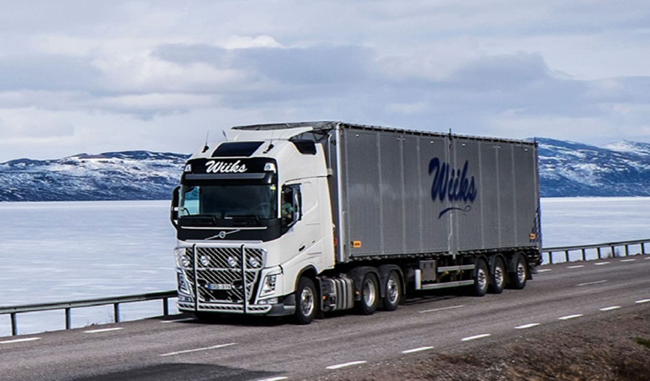Swedish driver Lars Lindgren transports general cargo between northern Sweden and various destinations in Norway, using his Volvo FH equipped with I-Shift Dual Clutch.