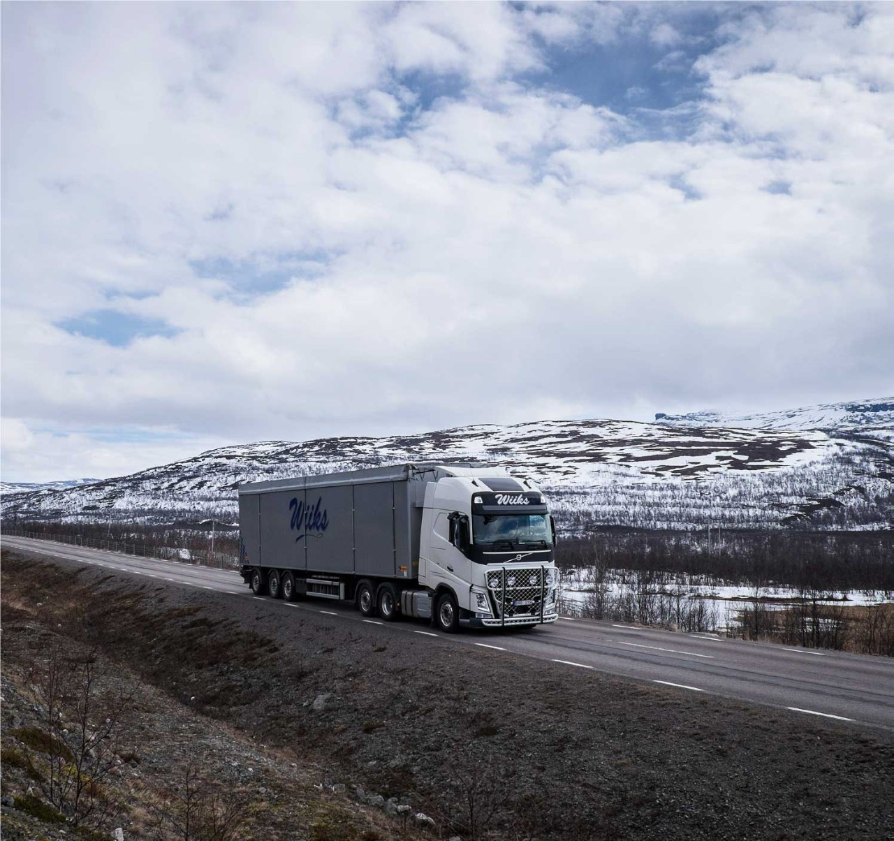 According to Lars Lindgren the truck, equipped with I-Shift Dual Clutch, maintains a steadier and higher speed, even on roads where the driving conditions are challenging.