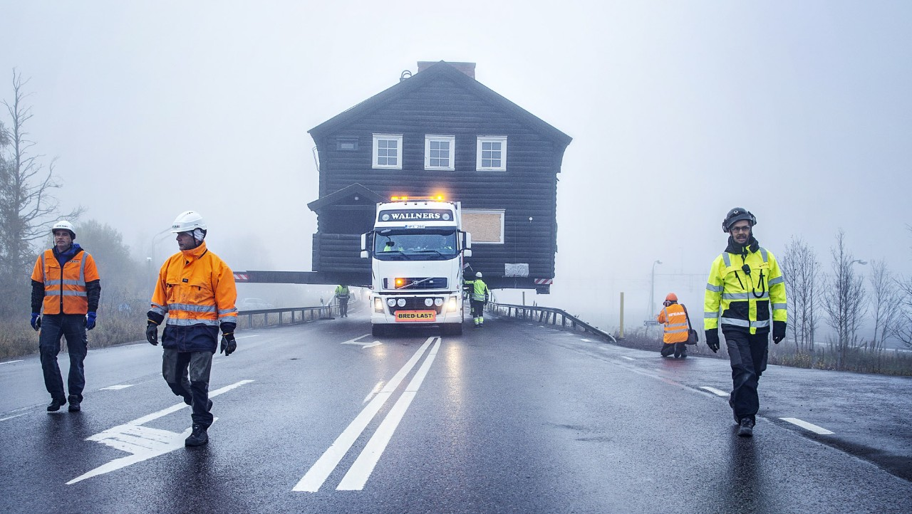 Front view of the Volvo FH transporting the Kiruna museum surrounded by mist
